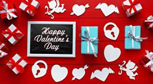 Картинка День всех влюблённых Подарки Сердечко Красный фон