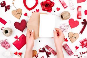 Фотографии День святого Валентина Письмо Руки Сердечко Шаблон поздравительной открытки