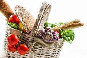 Картинка Овощи Хлеб Томаты Чеснок Белый фон Корзинка Еда