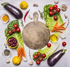 Фотографии Овощи Баклажан Томаты Лимоны Пряности Сером фоне Разделочная доска Пища