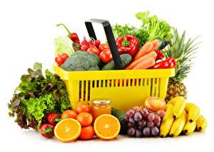 Фотография Овощи Фрукты Бананы Виноград Мандарины Перец овощной Белым фоном Корзинка Банки Пища