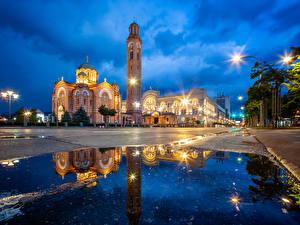 Фото Босния и Герцеговина Дома Храмы Церковь Вечер Улица Уличные фонари Лужа Banjaluka