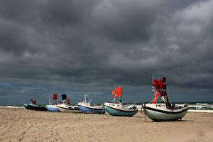 Картинки Побережье Лодки Песок Тучи