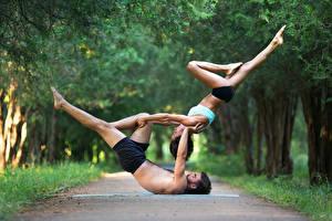 Фотографии Гимнастика Мужчины 2 Шатенка Физические упражнения Ноги Руки Девушки