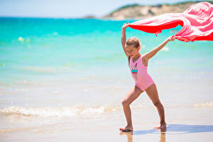 Фотографии Девочки Пляж Купальник Улыбка Ребёнок