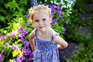 Фото Девочки Улыбка Смотрит Ребёнок