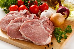 Картинки Мясные продукты Овощи Лук репчатый Чеснок Помидоры Свинина Разделочная доска Еда