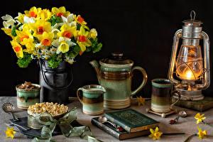 Обои Натюрморт Букеты Нарциссы Керосиновая лампа Чайник Торты Чашка Книга Продукты питания Цветы