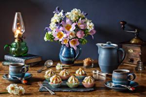 Фото Натюрморт Букеты Нарциссы Тюльпаны Керосиновая лампа Пирожное Кофе Кувшин Чашка Книга Пища