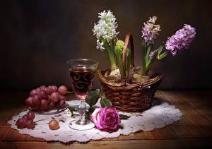 Картинки Натюрморт Гиацинты Вино Виноград Розы Стол Корзинка Бокалы Цветы Еда