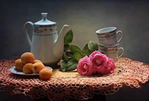 Фотографии Натюрморт Розы Чайник Абрикос Чашка Стол Цветы Еда