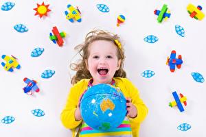 Фото Игрушки Самолеты Девочки Счастье Глобус Ребёнок