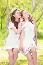 Обои 2 Шатенка Качели Платье Сидящие Красивые Девушки