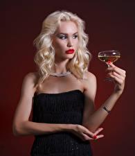 Картинка Вино Цветной фон Блондинка Руки Бокалы Девушки