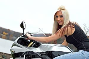 Фотографии Блондинка Мотоциклист Взгляд Улыбка Девушки
