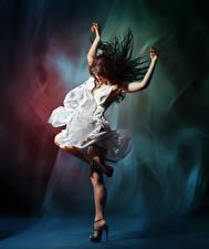 Картинка Шатенка Танцует Руки Платье