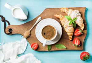 Фотографии Кофе Круассан Клубника Молоко Разделочная доска Чашка Еда