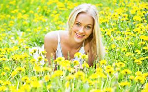 Фотография Одуванчики Блондинка Улыбка Взгляд Девушки