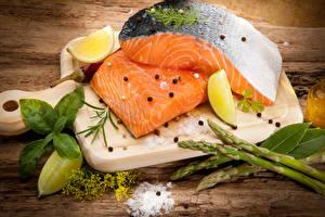 Фотографии Рыба Лимоны Приправы Разделочная доска Соль Пища