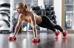 Картинка Фитнес Блондинка Физические упражнения Гантели Смотрит Девушки Спорт