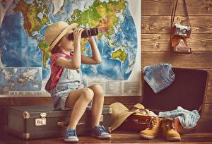 Фото Девочки Шляпа Ботинки Чемодан Фотокамера Ребёнок