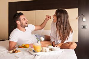 Картинка Любовь Мужчины Двое Завтрак Шатенка Радость Кровать