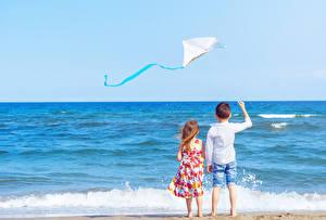Фотография Море Волны 2 Мальчики Девочки Сзади Дети