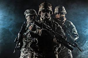 Фотография Солдаты Автомат Трое 3 Униформа Очков Армия