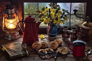 Обои Натюрморт Керосиновая лампа Выпечка Кофе Букеты Нарциссы Кофемолка Кувшин Кружка Книга Еда