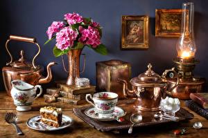Фотография Натюрморт Чайник Букеты Гортензия Керосиновая лампа Пирожное Чай Чашка Книга Сахар Пища