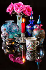 Картинка Натюрморт Розы Свечи Черный фон Отражение Ваза Розовый Чашка Цветы