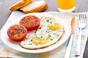 Картинки Томаты Завтрак Тарелка Яичница Вилка столовая Пища