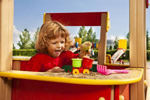 Картинки Игрушки Девочка Песок Радость Играет Дети