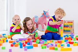 Обои для рабочего стола Игрушка Три Мальчишки Девочки Улыбается ребёнок