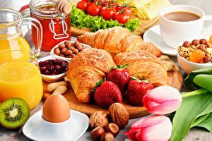 Фотографии Тюльпаны Круассан Клубника Орехи Кофе Мед Завтрак Яйца