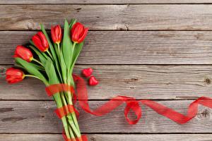Обои Тюльпаны Доски Красный Ленточка Сердечко Цветы