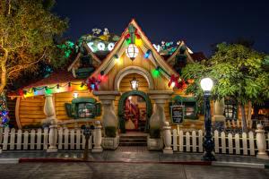Фото США Диснейленд Парки Дома Калифорния Анахайм HDR Дизайн Ночь Уличные фонари Ограда Города