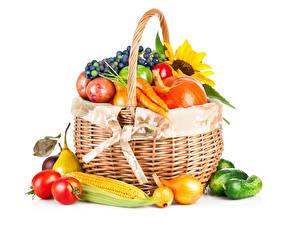 Картинки Овощи Кукуруза Лук репчатый Помидоры Огурцы Белом фоне Корзинка Еда