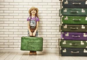 Картинки Стенка Девочки Чемодан Шляпа Улыбка Ребёнок