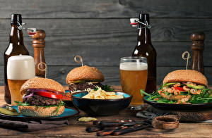 Фотографии Пиво Гамбургер Стенка Бутылка Стакане Чипсы Еда