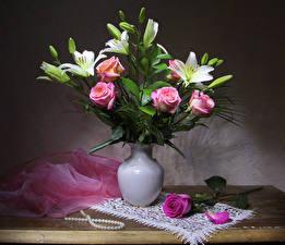 Фотографии Букет Роза Лилии Украшения Стол Ваза Лепестки Цветы