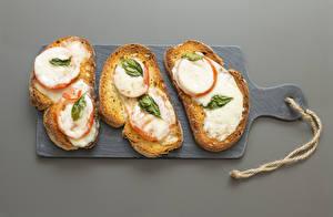 Фото Хлеб Бутерброды Серый фон Разделочная доска Втроем Пища