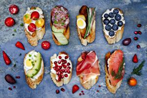 Фотография Хлеб Ветчина Колбаса Гранат Черника Помидоры Бутерброды Яйца