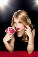 Фотография Игральные карты Блондинка Смотрят Руки девушка