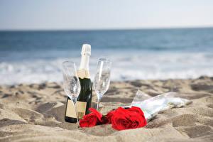 Картинка Берег Игристое вино Розы Песок Бутылка Бокалы 2 Пища