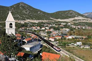 Картинки Хорватия Дома Поезда Железные дороги Холмы Sarajevo Города