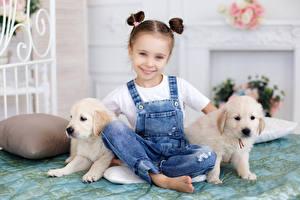 Картинка Собаки Девочки Улыбка Щенок Джинсы Ребёнок