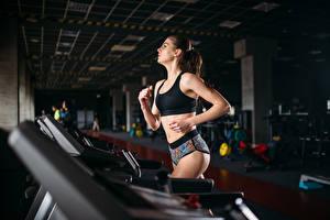 Фото Фитнес Шатенка Физические упражнения Бег Девушки Спорт