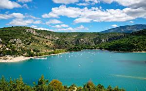 Фотографии Франция Пирсы Катера Парусные Залив Холмы Var Provence Природа