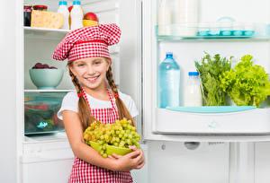 Обои Виноград Девочки Повар Улыбка Шапки Взгляд Холодильник Дети